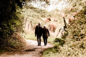Seniorenpaar Spaziergang